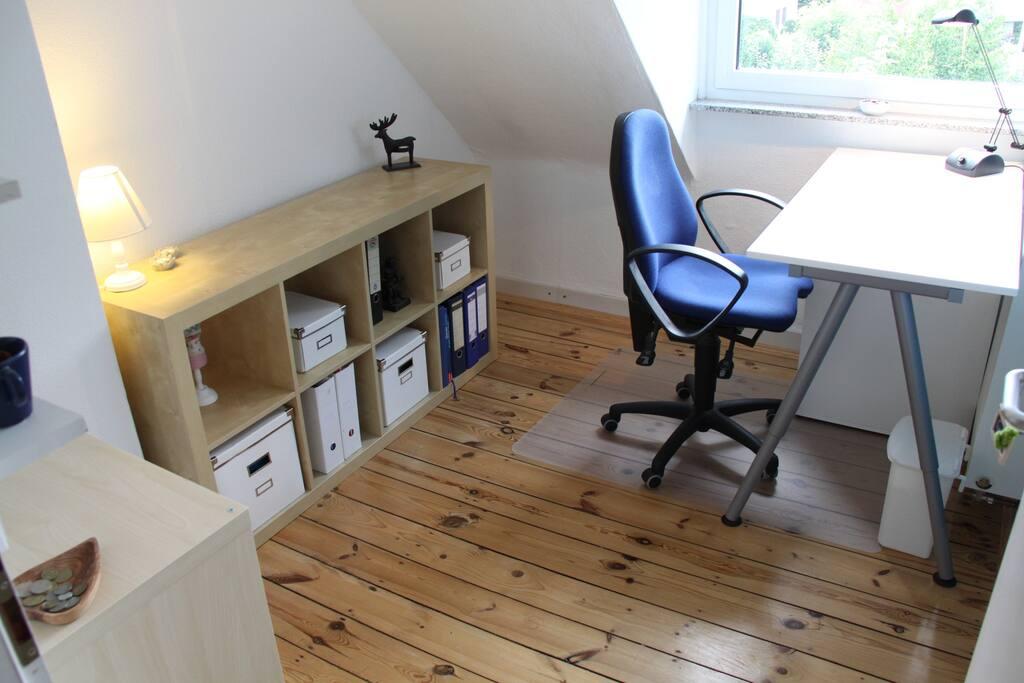 """Der kleine Büroraum nebenan hat einen Platz zum Schreiben und """"Surfen"""" im Netz"""