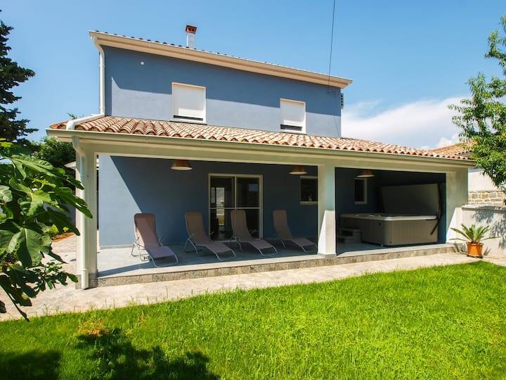 "Holiday house ""Marta"" - spacious garden & jacuzzi"