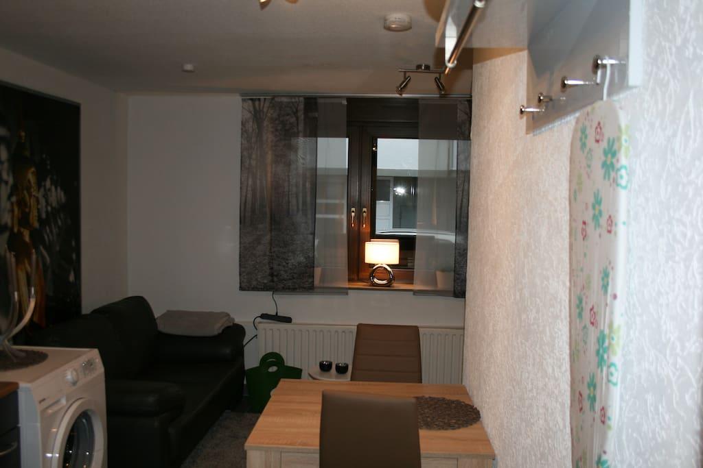 Esstisch im Wohnbereich, Blick auf Couch