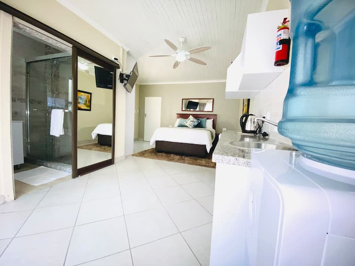 C&C HOTEL VIBES UNIT 3, SELF CATERING GUEST HOUSE