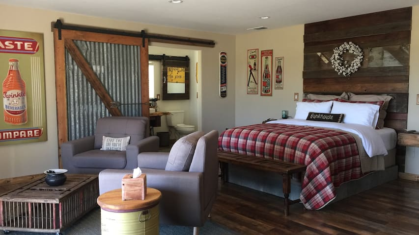 The Bunkhouse Unique Up-cycled BARN Rural Studio - Paso Robles - Guesthouse