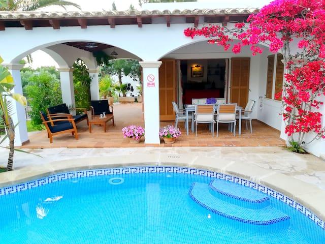 Cozy 3 bedroom villa, one minute walk from beach!
