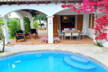 Cozy 3 bedroom villa, one minute walk from beach!