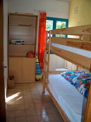 Chambre 3 : 2 lits superposés