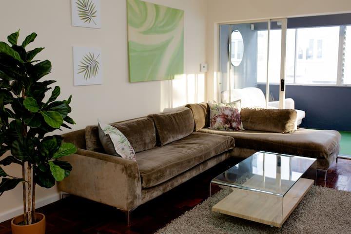 Comfy, spacious home! Steps to Sea Point Promenade