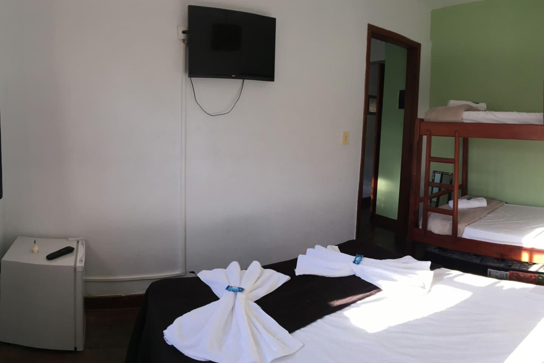 Suíte para 5 pessoas com ar-condicionado, TV, adega climatizada (frigobar) e banheiro privativo