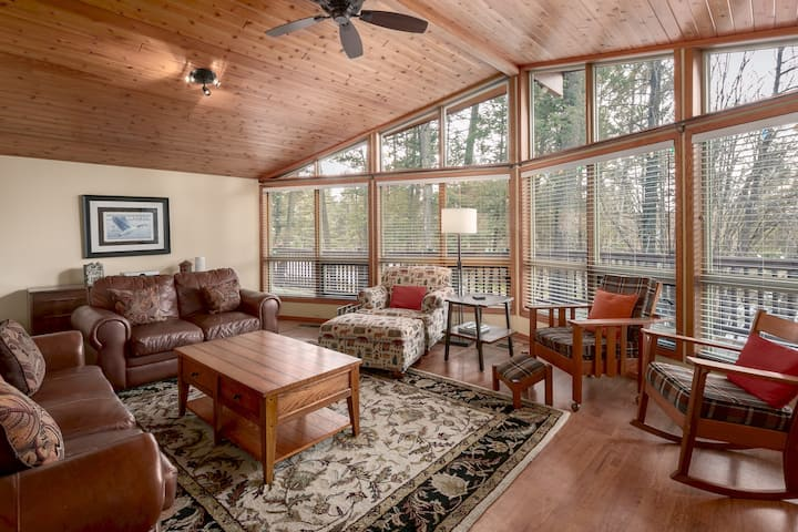 Falcon Cabin: Serene Location Minutes to trails, golf & beaches - PET FRIENDLY (additional fee applies)