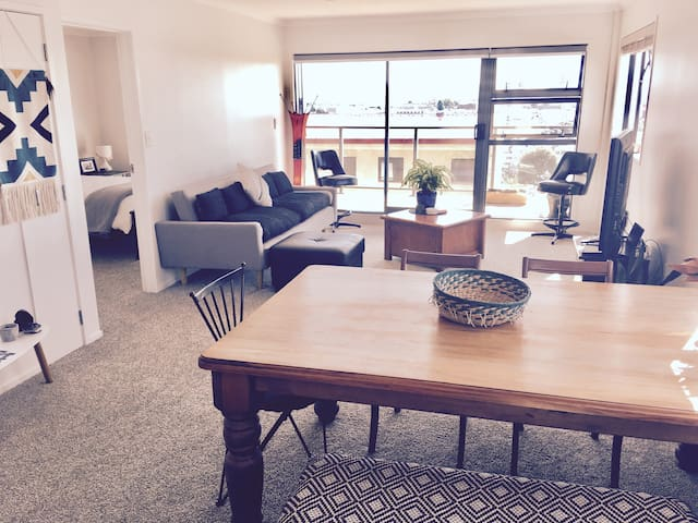 Beautifully-Lit, Top-Floor Apartment In Eden Tce - Auckland - Lägenhet