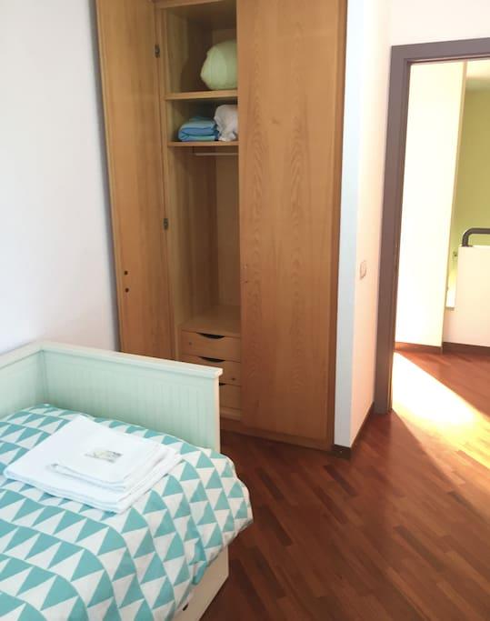 Ogni camera dispone di armadio e coperte aggiuntive.