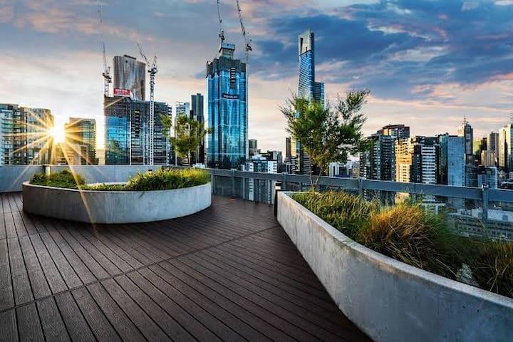 Sub-penthouse Views to CBD and botanical gardens