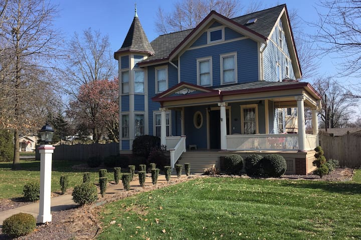 Breese, IL Victorian home w/ spacious 2 room suite