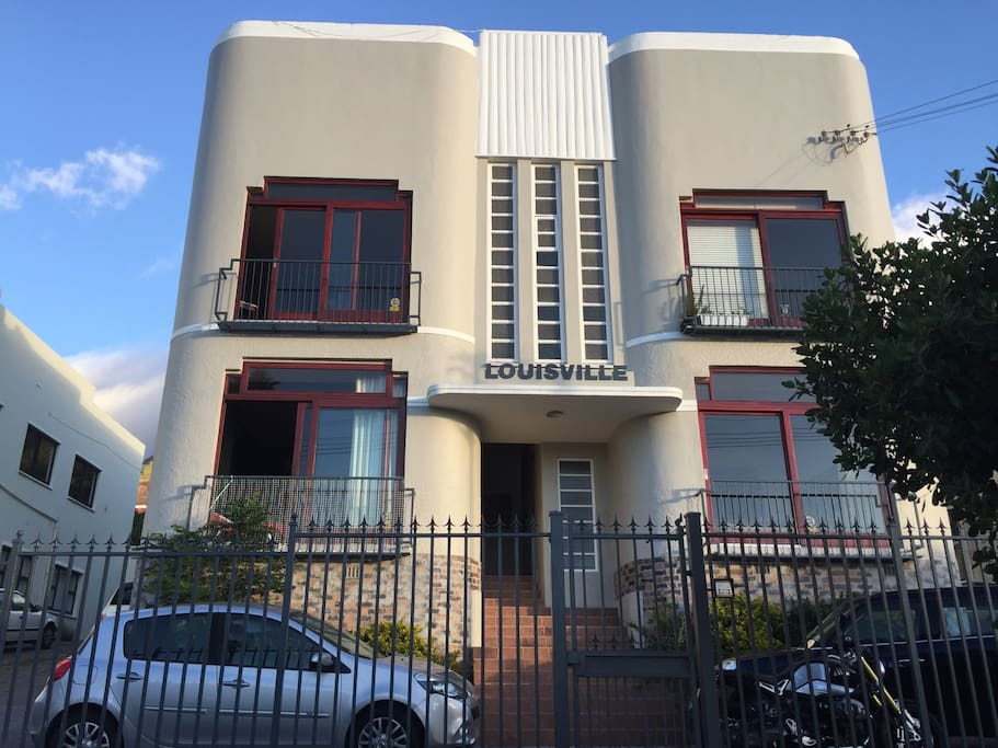 Charming Art Deco block in the heart of Vredehoek  surrounded by shopping centers , trendy restaurants in the near by vicinity