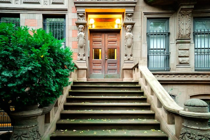 Walk to Central Park - 2 Queen Bed, 1 Bath