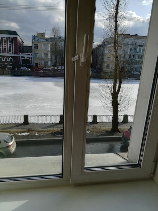 Вид из окна комнаты. Фотография сделана зимой, вода в реке покрыта льдом.