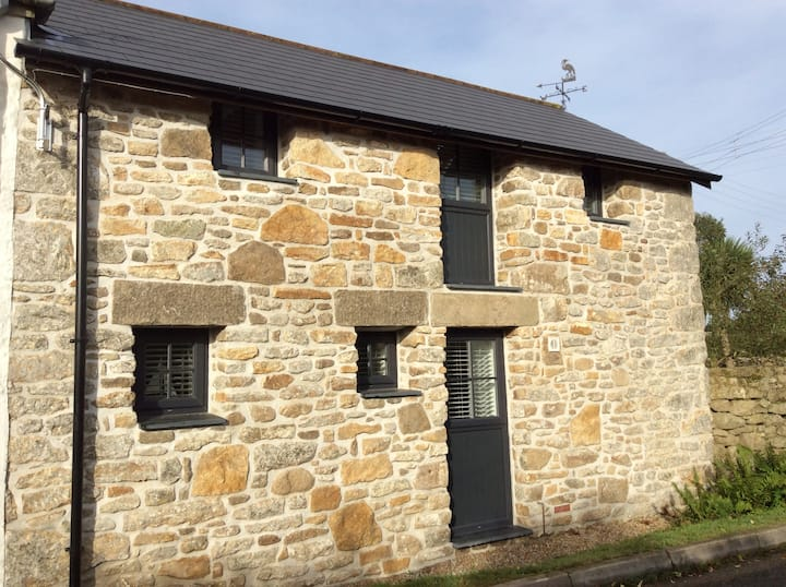 Cosy barn close to coast path and Praa Sands