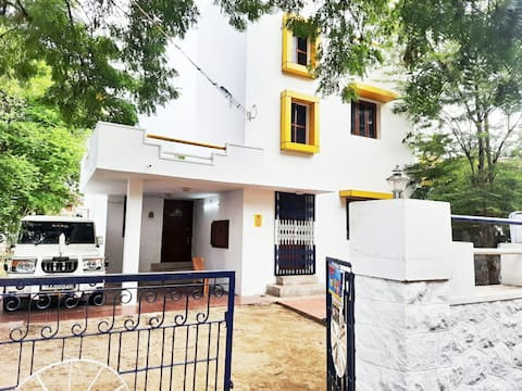 it's suitable for family functions and friends group stay, very easy access to main Bus stand ,kuttralam, Tiruchendur, kanniyakumri main road, it's very near to temple , church, Mask , pick up and drop facility available, door man help with us