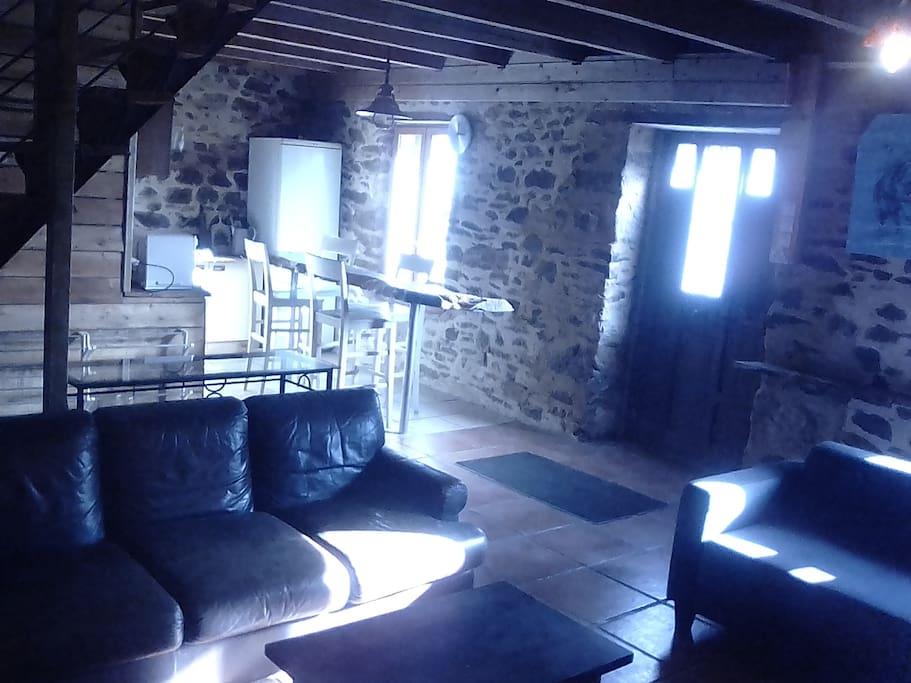 Le salon de la grande pièce à vivre avec son poêle à bois.