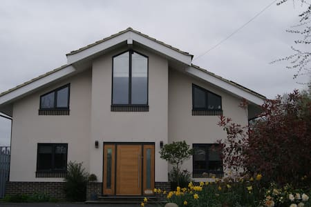 Double room, own bathroom, 15 mins to Gatwick. - East Grinstead - 獨棟