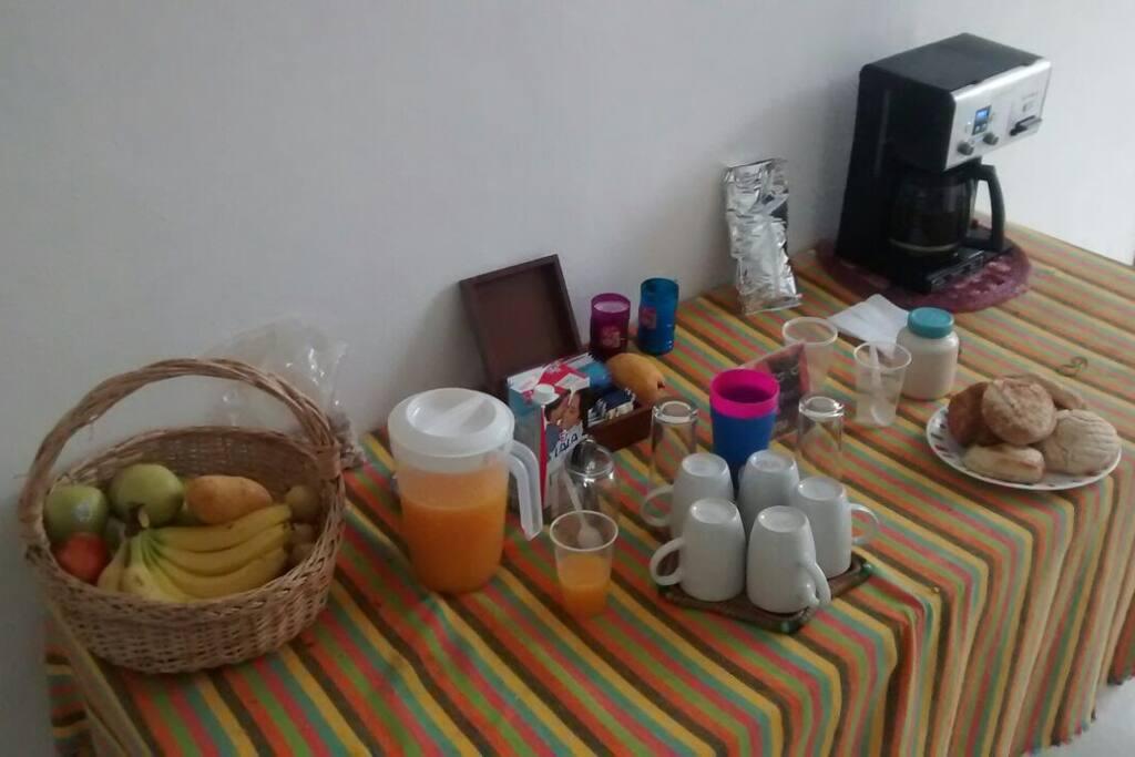 barra de desayuno: pan casero, cafe, té y fruta