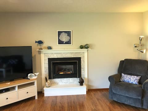 Lovely Home/Walk to Beach/Pet Friendly/Fireplace