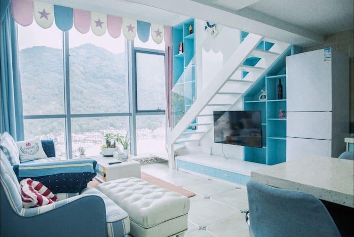 向小姐的公寓—入海{地中海风格}loft大套房.看繁华的街道