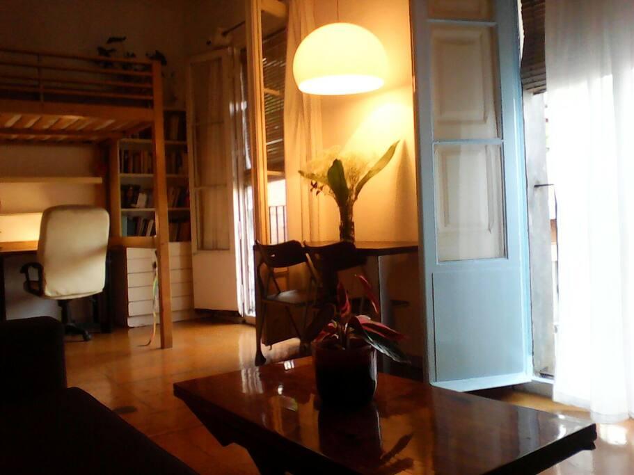la habitación estudio vista desde una esquina del sofa