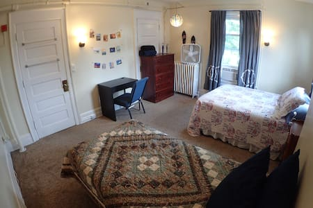 Big bright room - 5min from downtown (Rm #2)