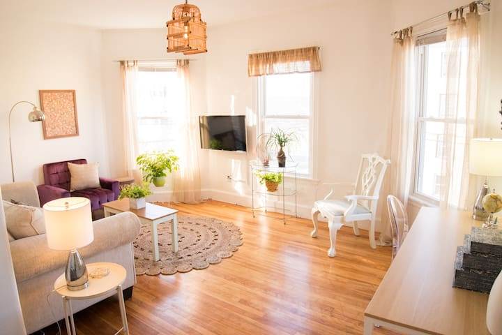 Downtown one bedroom, hardwood, W/D in unit.