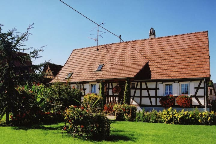 Stilvolles Haus mit Garten, Terrasse und Spielplatz-Geräte, in einer wunderschönen Umgebung Fahrrad