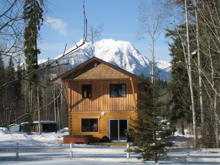 """The Lodge"" at Kicking Horse Kabins (w/hot tub)"