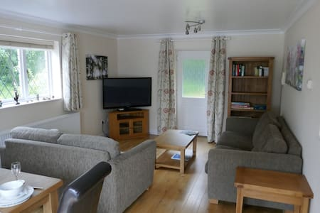 Garden Flat - 5 Mins to the Zoo or Cheshire Oaks