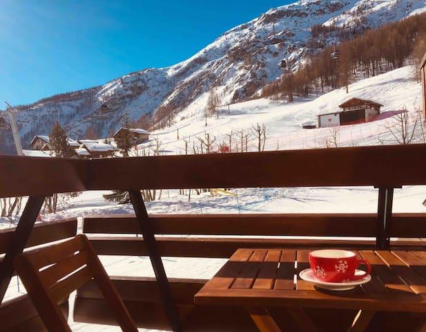 Chaleureux studio rénové chalet, skis aux pieds