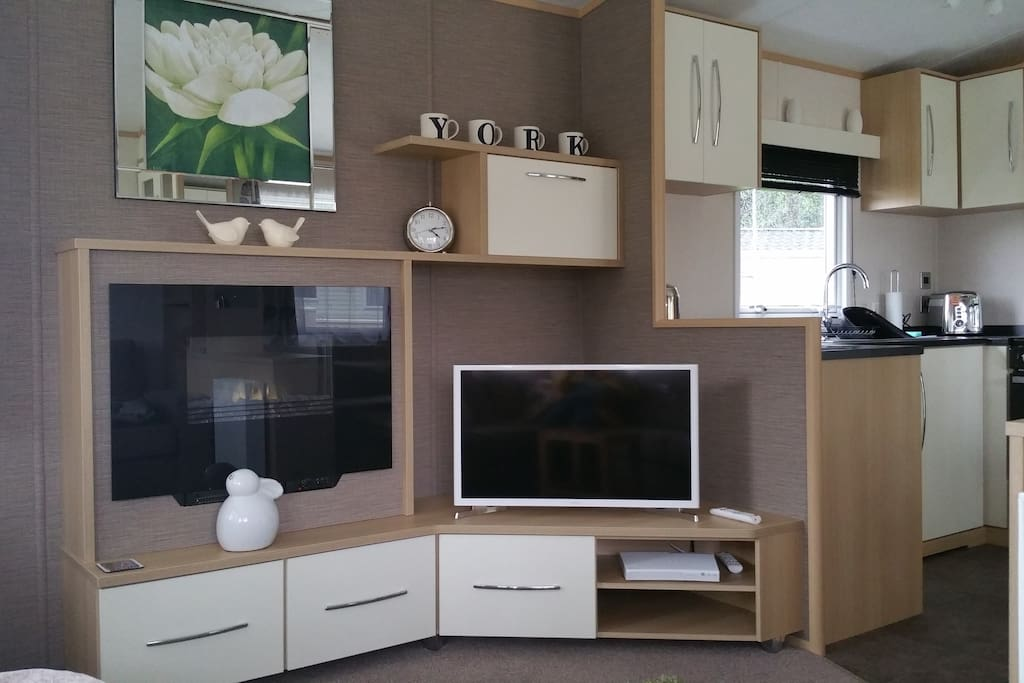 Living area with smart TV. Private wifi direct to the caravan