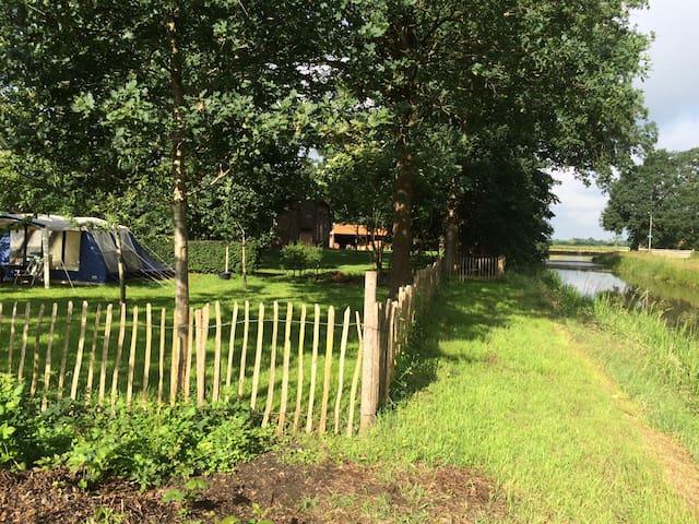 Tent in de boomgaard aan het water - Ruinen - Telt