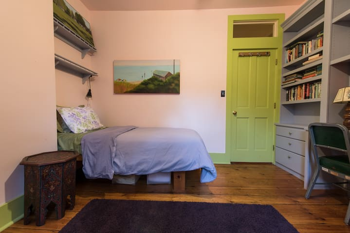 Cozy, sweet, single-bed near T