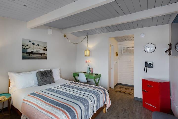 Cozy Queen Room, Breakfast & Parking Included