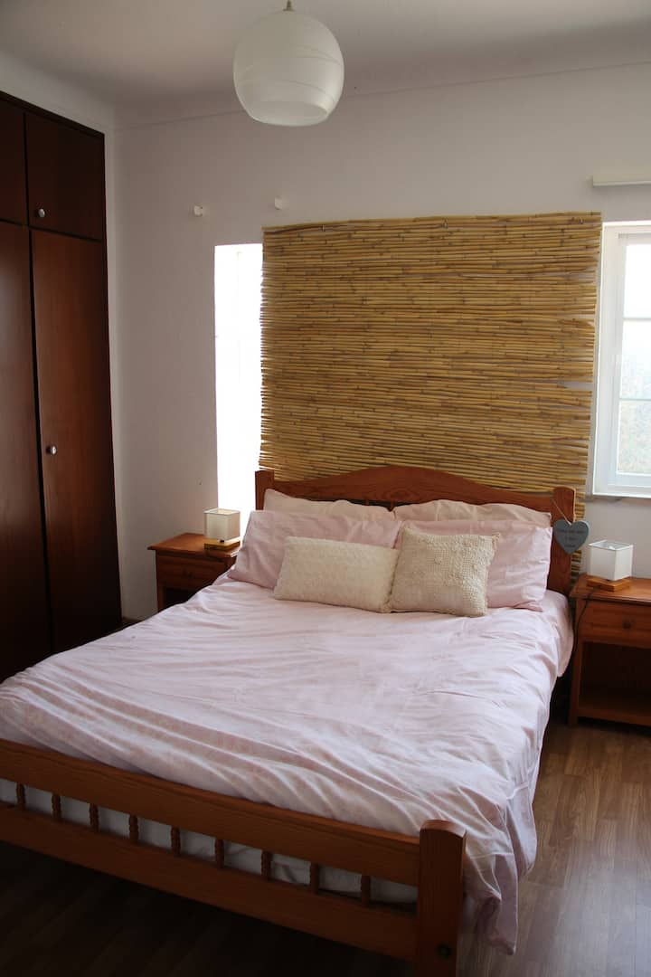 Chill surf lodge/mid size room with batroom.