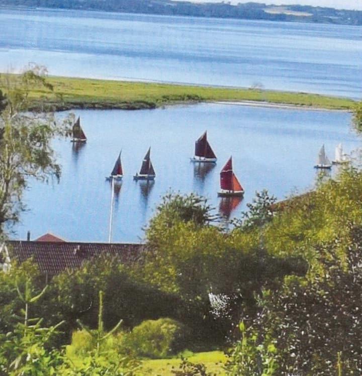 Idyl og hygge i den gamle havneby Hjarbæk fjord.
