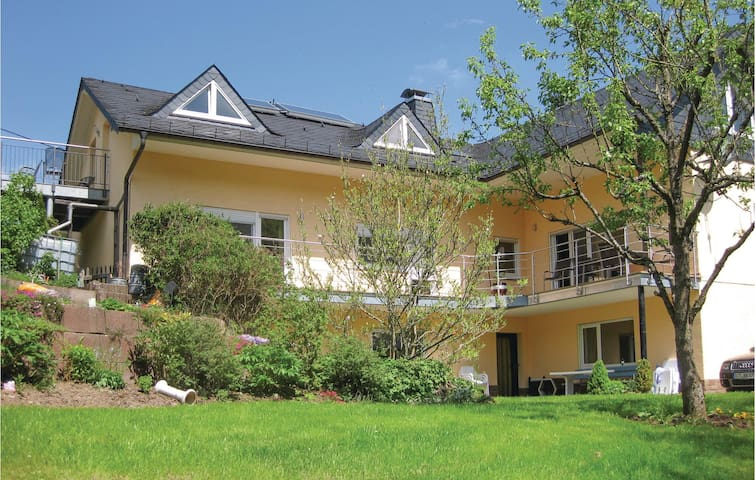 Holiday apartment with 2 bedrooms on 90m² in Zweifelscheid