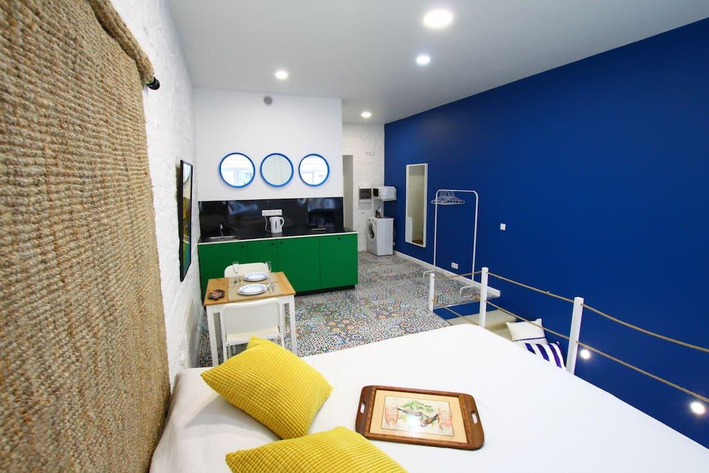 Кровать размером 160 на 200 метра, ортопедический матрас и удобные постельные принадлежности.