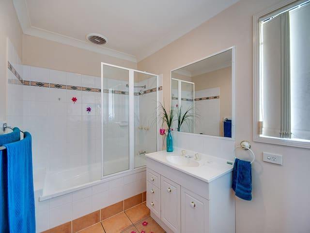 Comfortable, safe, Warner Villa with Pool & WIFI