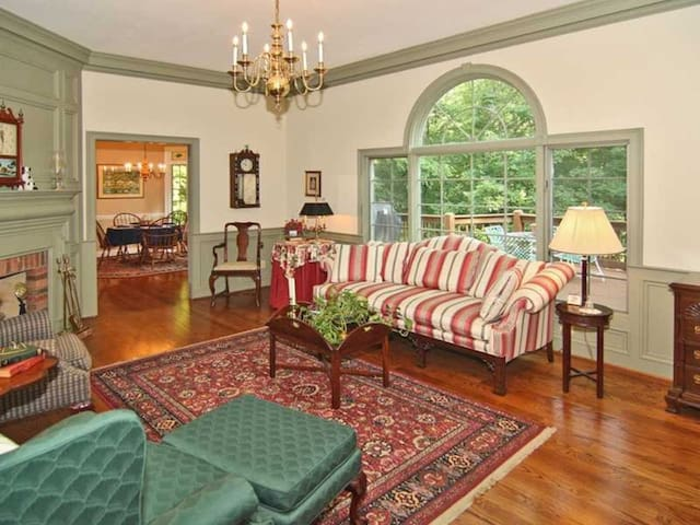 Historic Haven, Elegant Retreat ~ The Garden Room - Martinsville - Hus