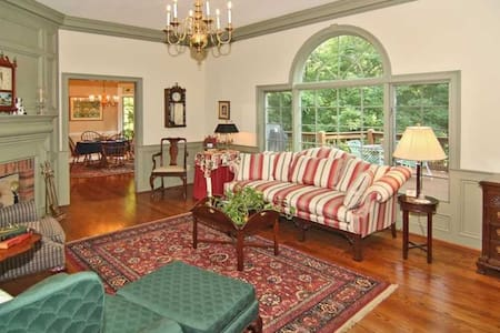 Historic Haven, Elegant Retreat ~ The Garden Room - Martinsville - Casa