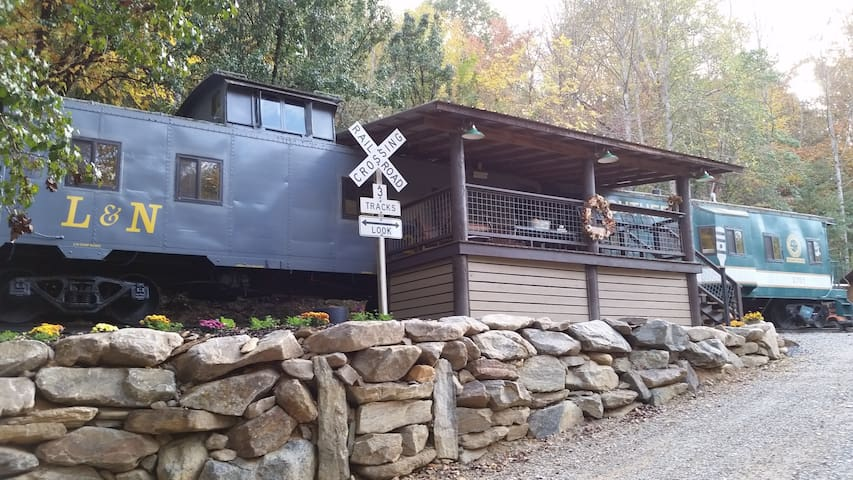 Cabooses on the Tuckasegee River - Bryson City - Juna