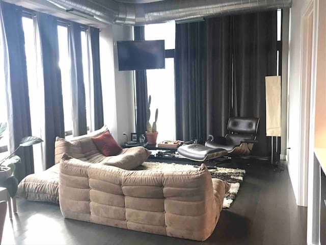 Modern Fulton Market loft with spectacular view