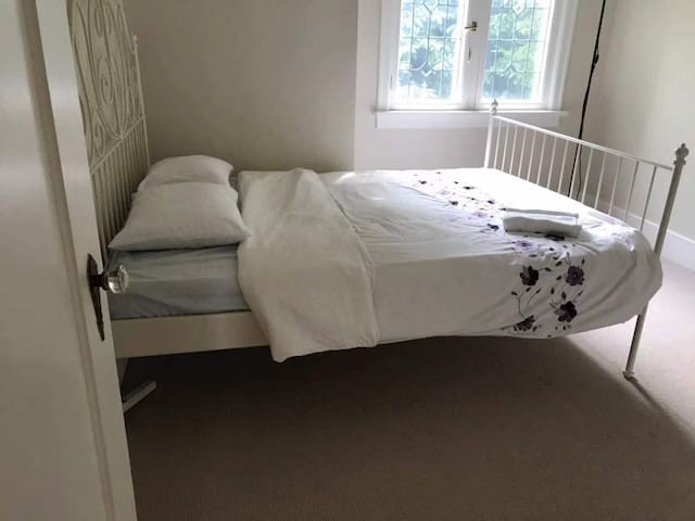 Cozy Bedroom 5 min-UBC, 15 min-DT by bus