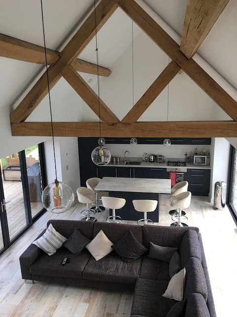Open plan barn, private, gorgeous Cotswold views