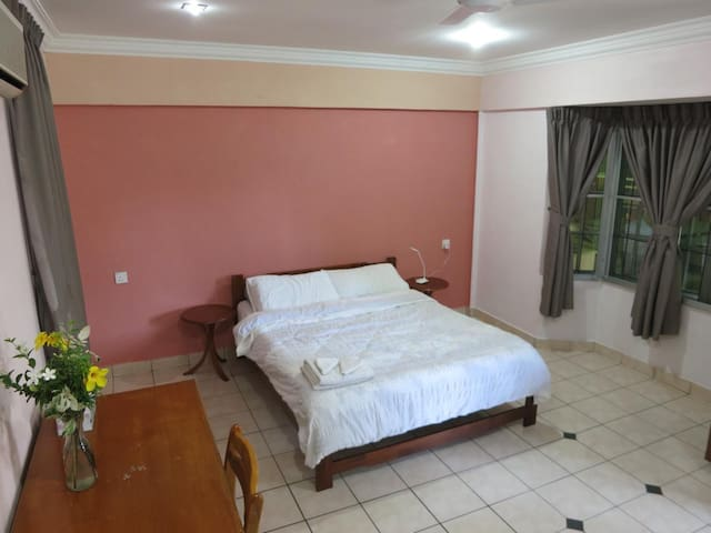 Spacious Guest Suite in Central Area+Breakfast