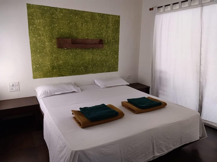 Hillside stay for 4 nr ANJUNA BEACH and Curlies