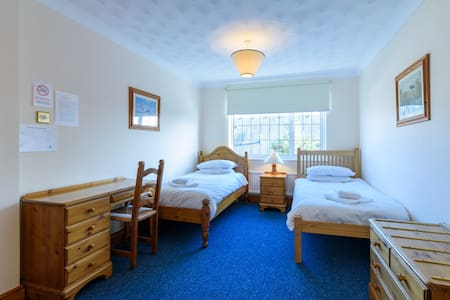 Twin room in Lodge set in landscaped gardens - Willingham - Casa de huéspedes